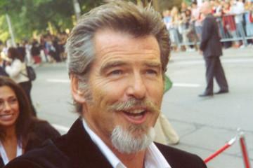 https://en.wikipedia.org/wiki/Pierce_Brosnan#/media/File:Pierce_Brosnan_at_the_2005_Toronto_Film_Festival.jpg