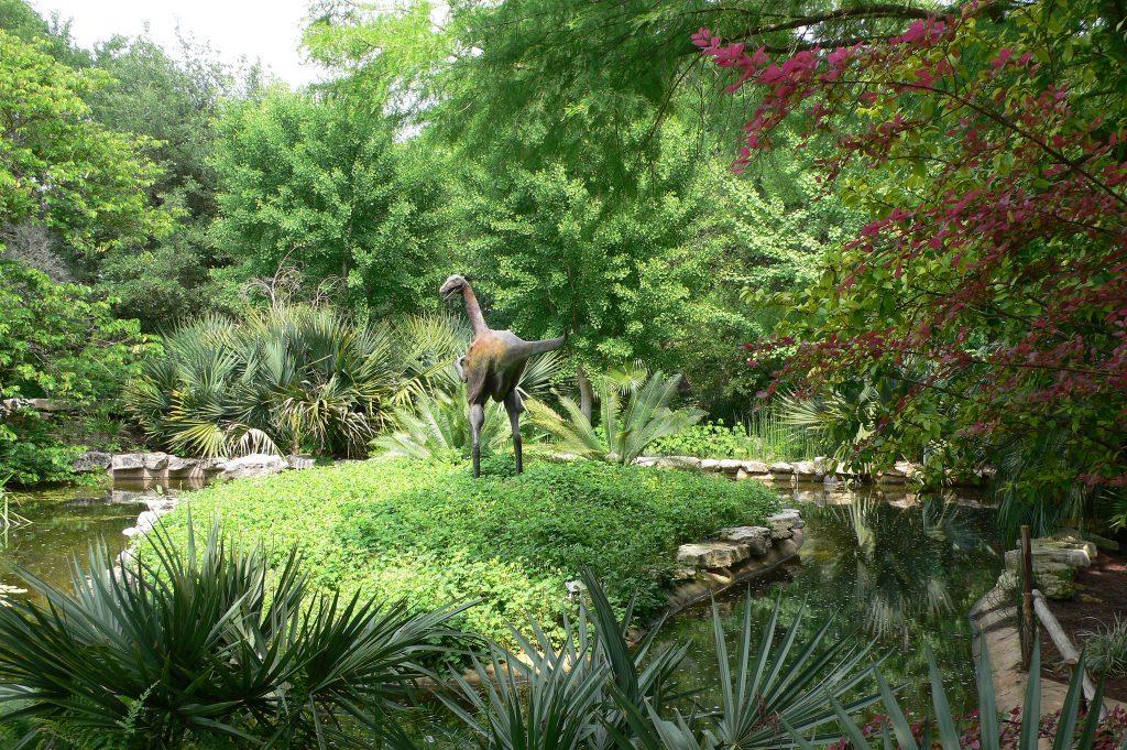ornithomimus dinosaur statue
